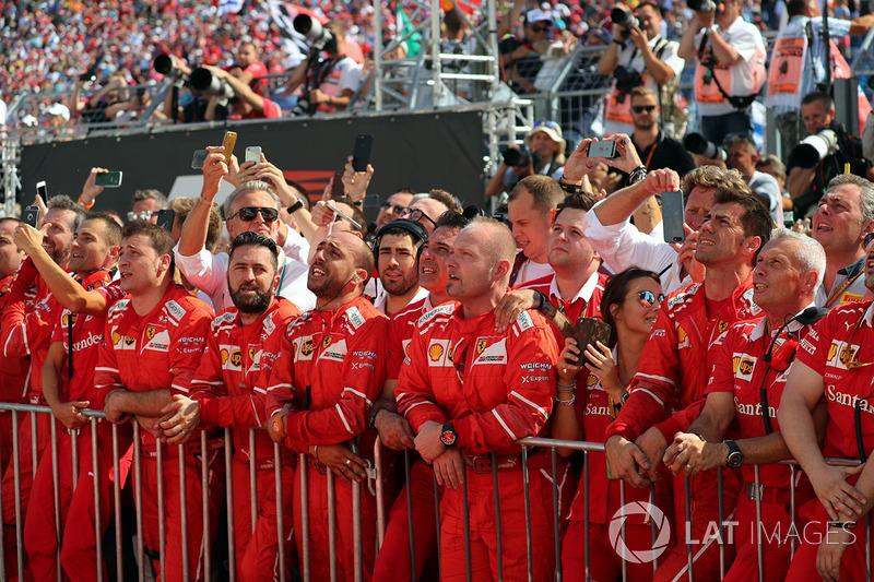 Команда Ferrari святкує дубль у  закритому парку
