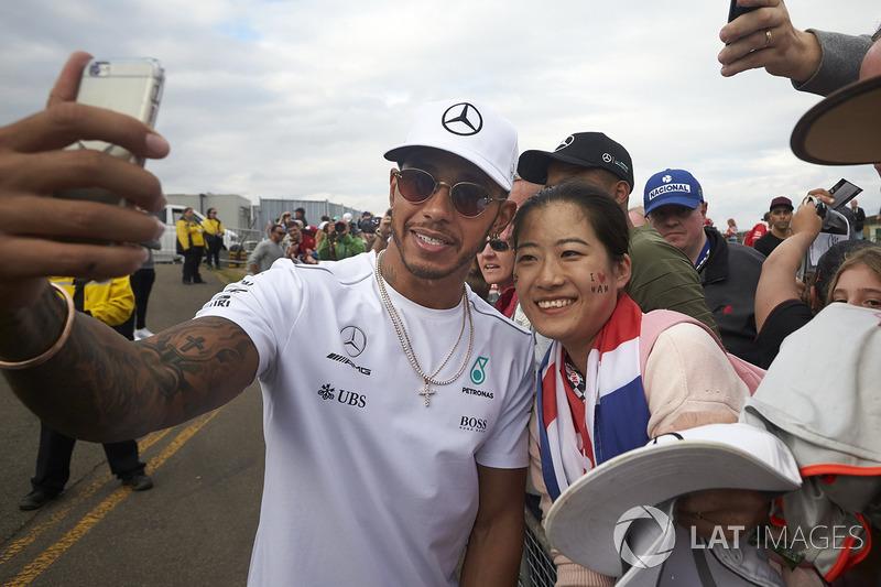 Ganador de la carrera Lewis Hamilton, Mercedes AMG F1, firma autógrafos para los fanáticos
