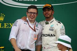 Peter Bonnington, ingénieur de course Mercedes AMG F1 et Lewis Hamilton, Mercedes AMG F1 sur le podium