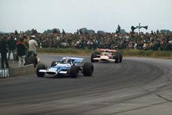 Jackie Stewart, Matra MS80 Ford, precede Jochen Rindt, Lotus 49B Ford