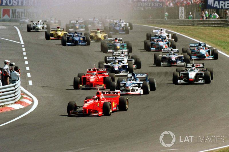 Michael Schumacher conduce lejos del grupo al comienzo de la carrera, sólo por delante de Damon Hill