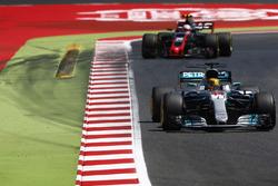 Lewis Hamilton, Mercedes AMG F1 W08; Kevin Magnussen, Haas F1 Team VF-17