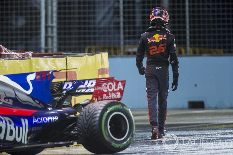 Daniil Kvyat, Scuderia Toro Rosso, walks away from his crashed car