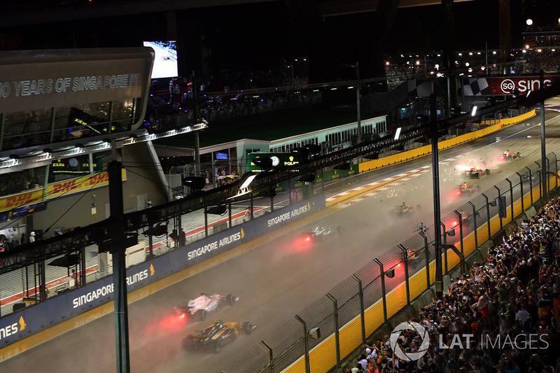 L'incidente tra Sebastian Vettel, Ferrari SF70H, Max Verstappen, Red Bull Racing RB13 e Kimi Raikkonen, Ferrari SF70H alla partenza della gara