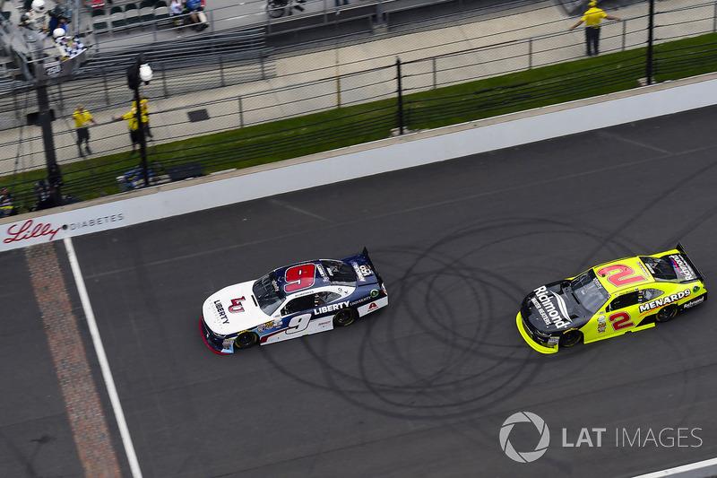 William Byron, JR Motorsports Chevrolet toma la bandera a cuadros y la victoria delante de Paul Mena