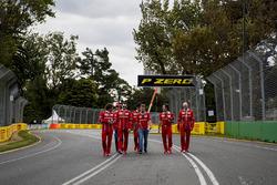 Trackwalk mit dem Team: Sebastian Vettel, Ferrari