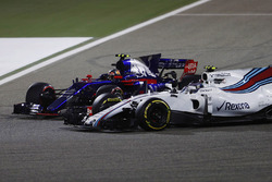 Carlos Sainz Jr., Scuderia Toro Rosso STR12, battles with Lance Stroll, Williams FW40
