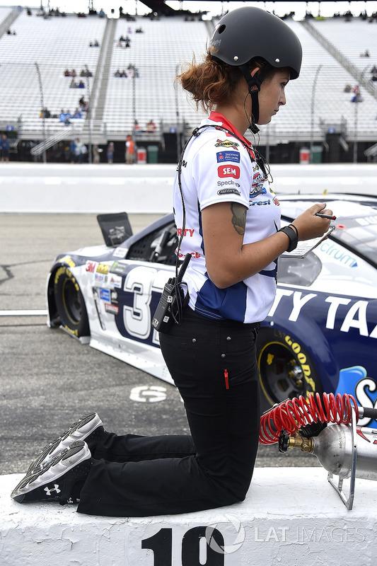 Elizabeth Prestella, tecnología de neumáticos para JTG Daugherty Racing Chevrolet