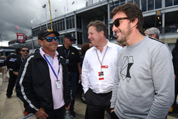 Roberto Moreno, Zak Brown, McLaren CEO, Fernando Alonso on the grid