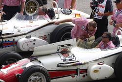 Tony Stewart im alten Indy-500-Siegerauto von A.J. Foyt