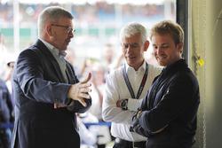 Ross Brawn, Managing Director of Motorsports, FOM, talks to Geoff Willis and Nico Rosberg