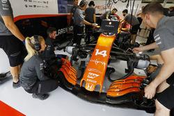 L'équipe McLaren travaille sur la voiture de Fernando Alonso, McLaren MCL32
