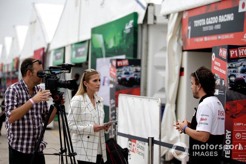 # 8 Toyota Gazoo Racing Toyota TS050: Fernando Alonso es entrevistado por Julia Piquet, Motorsport.com