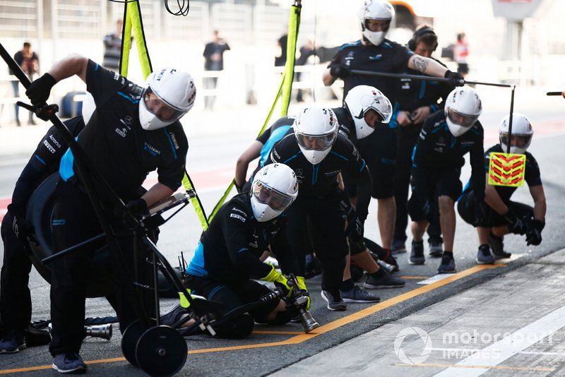 Haas F1 mechanics ready for a pit stop
