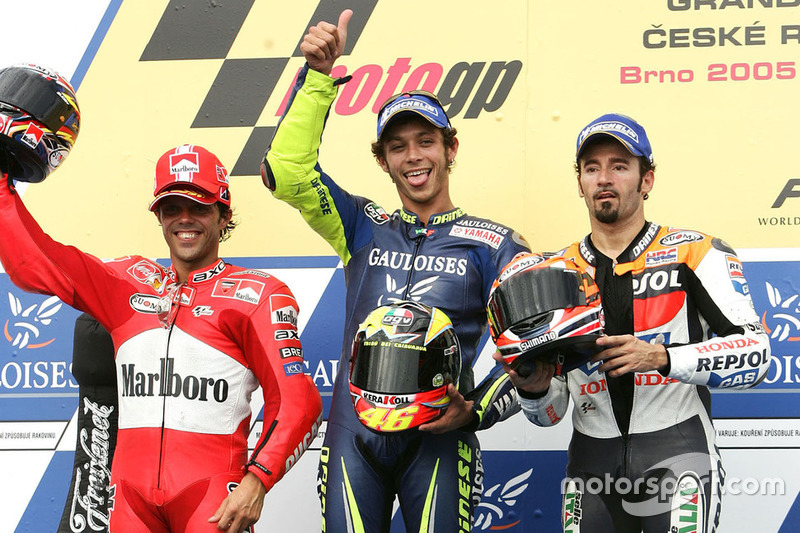 Brno 2005 podio: 1º Valentino Rossi, Yamaha, 2º Loris Capirossi, Ducati, 3º Max Biaggi, Honda