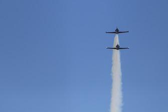 Aviones Patriot Jet Team pasan por el circuito
