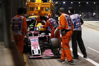 I marshal recuperano la monoposto di Esteban Ocon, Racing Point Force India VJM11, dopo l'incidente al primo giro