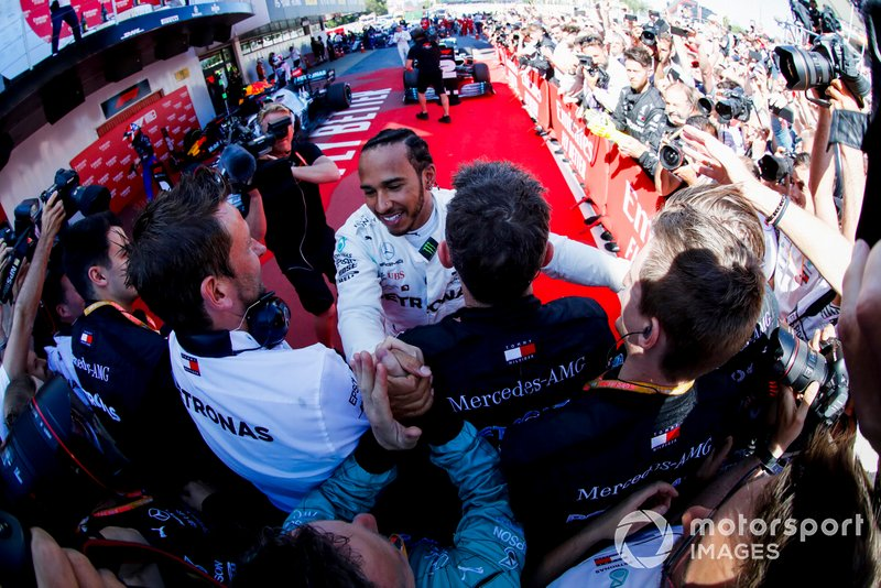 Race Winner Lewis Hamilton, Mercedes AMG F1 celebrates with his team in Parc Ferme