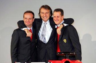 Luca Di Montezemolo, président de Ferrari, avec les pilotes Rubens Barrichello et Michael Schumacher, au lancement de la F2005