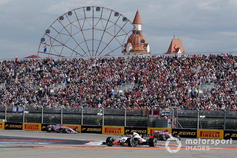 Kevin Magnussen, Haas F1 Team VF-18, Esteban Ocon, Racing Point Force India VJM11 ve Sergio Perez, Racing Point Force India VJM11