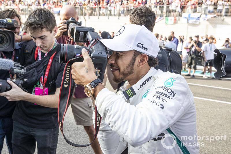 Lewis Hamilton, Mercedes AMG F1 con una cámara