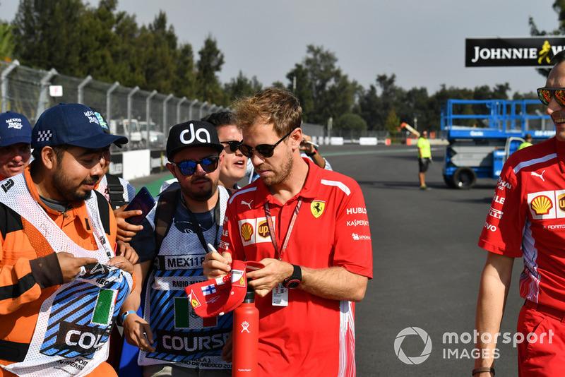 Sebastian Vettel, Ferrari firma autógrafos para mariscales en camino