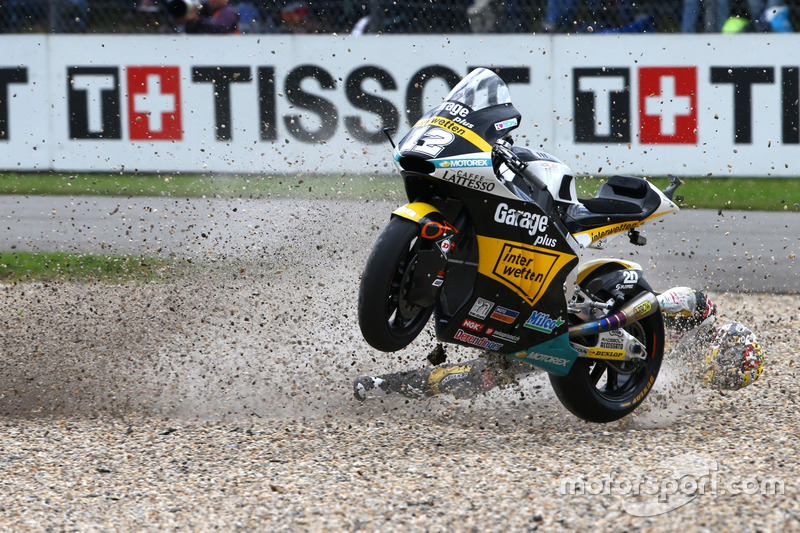 Thomas Lüthi, Interwetten ve behind Sam Lowes, Federal Oil Gresini Moto2 kaza