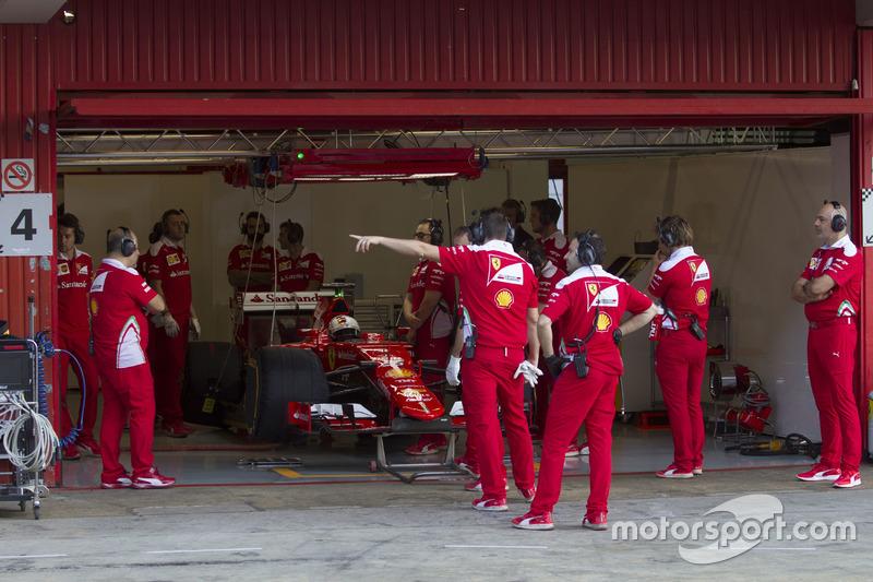 Sebastian Vettel a Barcellona nei test Pirelli con le gomme larghe 2017 sulla SF15-T muletto