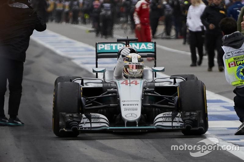 Переможець гонки Льюїс Хемілтон, Mercedes AMG F1 W07 Hybrid заїжджає в закритий парк