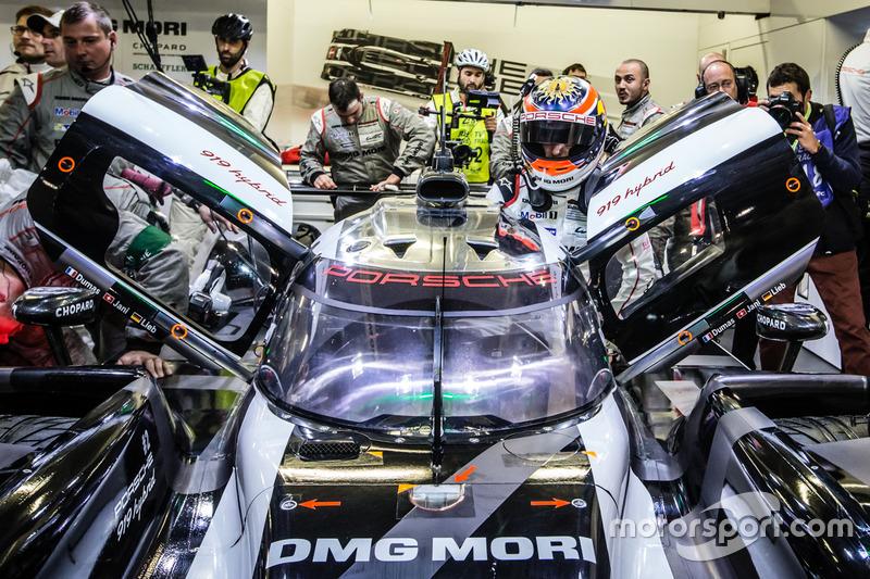 Ganadores de la pole #2 Porsche Team Porsche 919 Hybrid: Romain Dumas, Neel Jani, Marc Lieb regresan al pit box