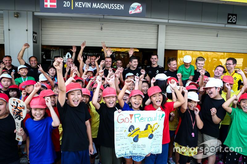 Junge Fans mit dem Renault Sport F1 Team