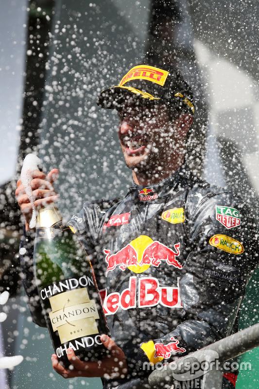 Podio: Daniel Ricciardo, Red Bull Racing festaggia il suo secondo posto con lo champagne sul podio