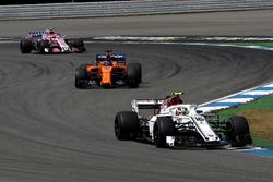 Шарль Леклер, Alfa Romeo Sauber C37, Фернандо Алонсо, McLaren MCL33, и Эстебан Окон, Sahara Force India F1 VJM11