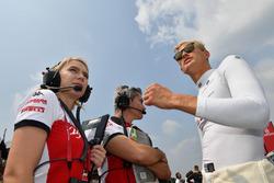 Marcus Ericsson, Sauber, Xevi Pujolar, ingénieur de piste en chef de Sauber et Ruth Buscombe, responsable de la stratégie de Sauber sur la grille
