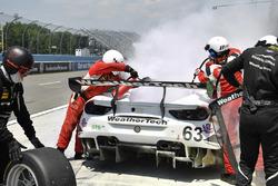 #63 Scuderia Corsa Ferrari 488 GT3, GTD: Cooper MacNeil, Gunnar Jeannette, Jeff Segal pitstop met brandje