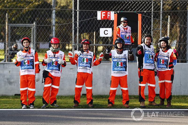 Oficiais de pista mexicanos posam antes do TL1