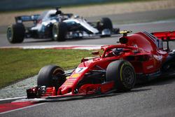 Kimi Raikkonen, Ferrari SF71H, voor Lewis Hamilton, Mercedes AMG F1 W09