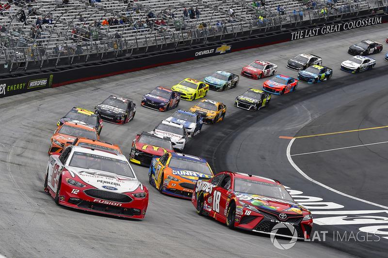 Ryan Blaney, Team Penske, Ford Fusion REV and Kyle Busch, Joe Gibbs Racing, Toyota Camry Skittles
