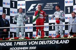 Podio: segundo lugar Mika Hakkinen, McLaren; ganador de la carrera Rubens Barrichello, Ferrari y tercer lugar David Coulthard, McLaren