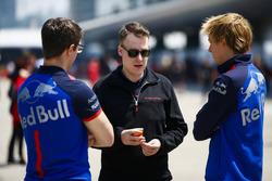 Brendon Hartley, Toro Rosso, with engineers