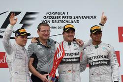 Valtteri Bottas, Williams, Simon Cole, Mercedes AMG F1 Chief Track Engineer, Race winner Nico Rosberg, Mercedes AMG F1 and Lewis Hamilton, Mercedes AMG F1 celebrate on the podium
