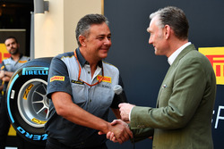 Mario Isola, Pirelli Sporting Director en Sean Bratches, Formula One Managing Director, Commercial Operations