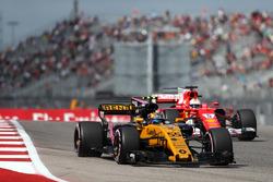 Carlos Sainz Jr., Renault Sport F1 Team RS17 et Sebastian Vettel, Ferrari SF70H