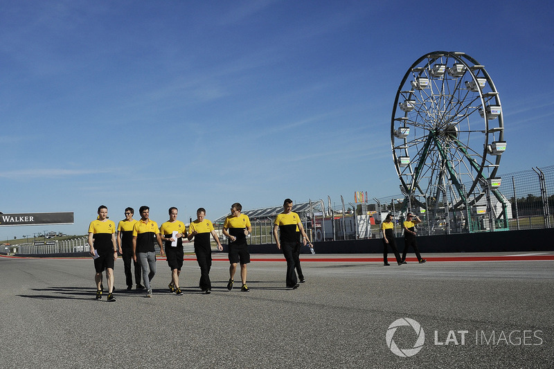 Carlos Sainz Jr., Renault Sport F1 Team camina con el equipo por el circuito