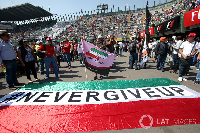 Fans con el 'Never Give Up' para Sergio Pérez, Sahara Force India