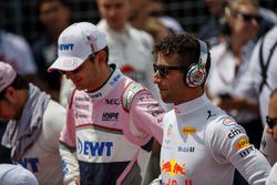 Esteban Ocon, Force India, y Daniel Ricciardo, Red Bull Racing, durante el himno