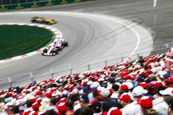 Esteban Ocon, Force India VJM11, Nico Hulkenberg, Renault Sport F1 Team R.S. 18