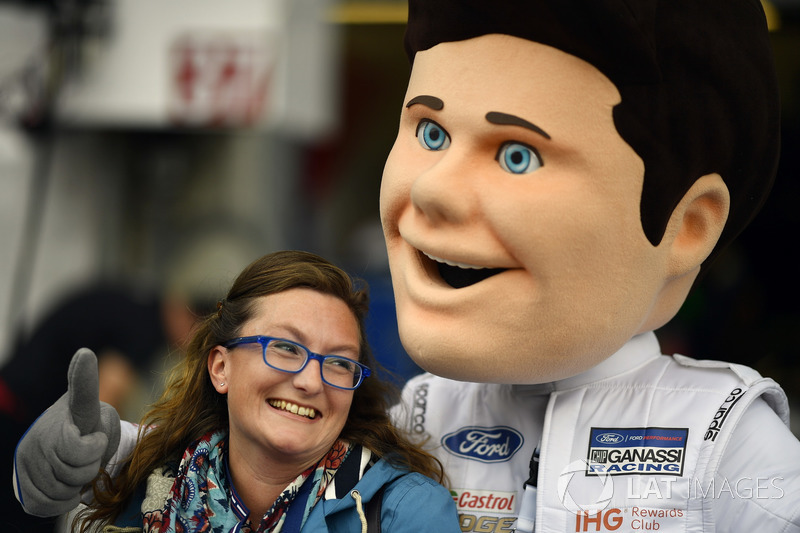 Fan with Ford mascot