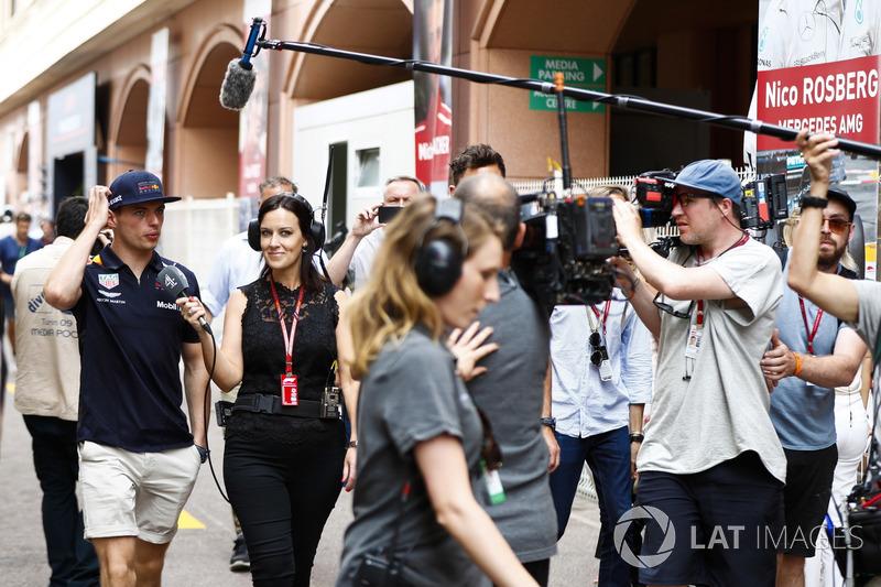 Ведущая Channel 4 Ли Маккензи и гонщик Red Bull Racing Макс Ферстаппен