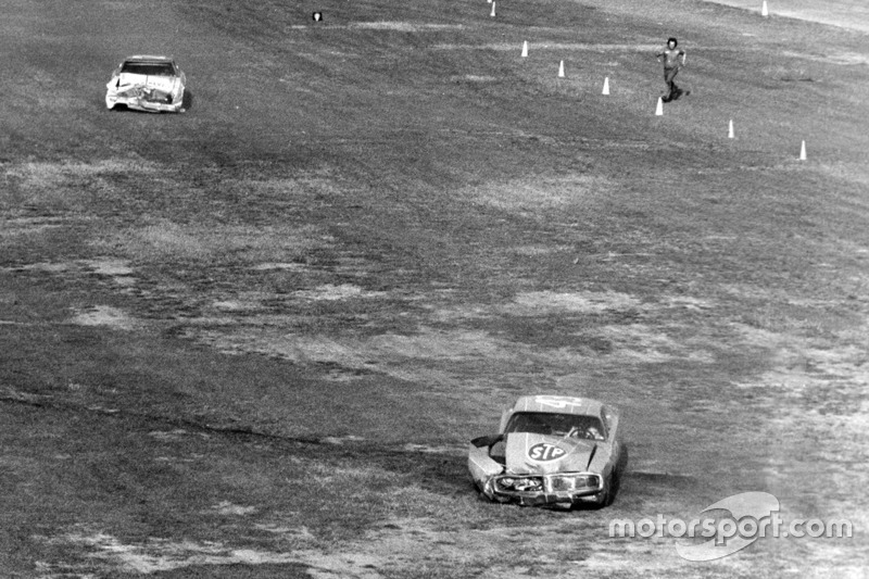 4. 1976 Daytona 500 - Pearson and Petty collide